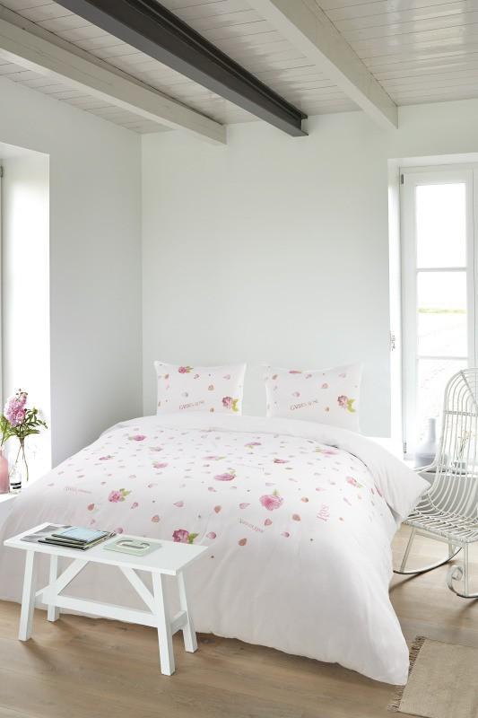bedding pink roses