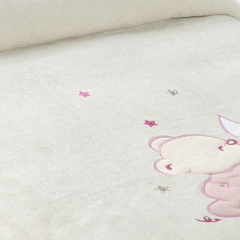 Paturica bebe pufoasa alba cu ursulet roz detaliu