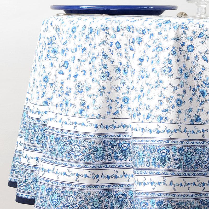 Fata de masa cu flori bleu Gentiane